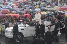 Papa:in piazza S.Pietro sotto la pioggia