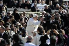 Pope Francis salutes faithful before inauguration