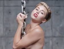 Miley Cyrus, nuda in nuovo video Wrecking Ball