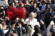 Pope gives Valentine's blessings to 20,000 couples