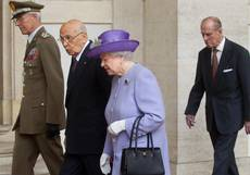 Queen Elizabeth lunches with president before Pope visit