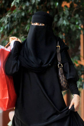 Latina, donna col burqa porta figlia a scuola: scatta la protesta 3fff3c5124df80f7684ba56de9c43ed9_839060
