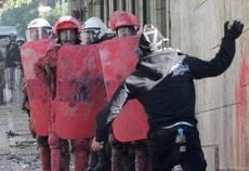 Lo sciopero paralizza la Grecia, battaglia ad Atene