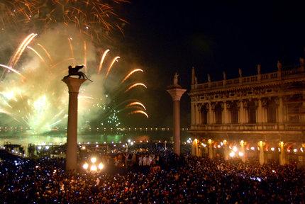 Capodanno brindisi e concerti in piazza speciali for Capodanno romantico per due