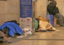 Clochard trova in strada 1.100 euro e li consegna a polizia