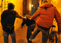 Bullismo: quasi strangolato da compagni, 3 arrestati