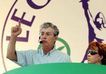 Il leader della Lega, Umberto Bossi affiancato dalla moglie Manuela Marrone
