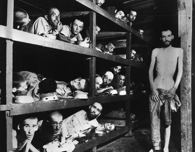 L'interno di un dormitorio del campo di concentramento di Buchenwald. Vi si ammassavano centinaia di deportati denutriti.