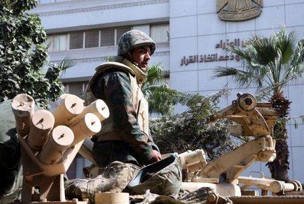 Il Cairo: esercito nelle strade