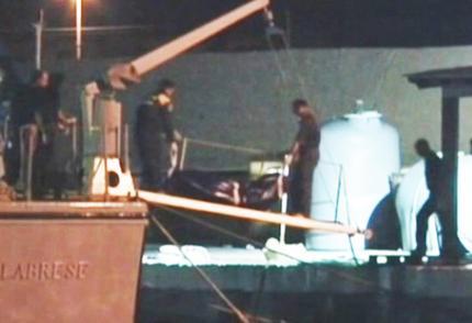 I soccorsi ai migranti vittime del naufragio (Fermo immagine da Sky)