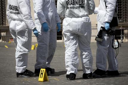 I rilievi dei carabinieri della scientifica sul luogo della sparatoria