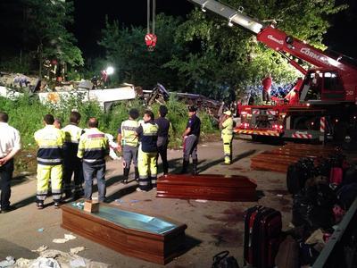 Forze dell'ordine e vigili del fuoco al lavoro per il recupero delle vittime
