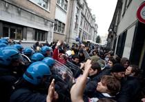 Momenti di tensione durante la protesta contro la visita del presidente del Consiglio Silvio Berlusconi