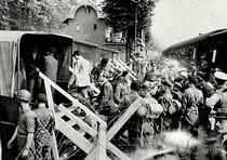 In questa immagine del 1947 gruppi di ebrei lasciano campi di concentramento tedeschi grazie alle forze alleate.