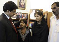 Shahbaz Bhatti con alcuni familiari di Asia Bibi