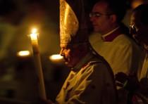 Papa Benedetto XVI durante la celebrazione della veglia pasquale nella basilica di San Pietro