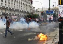 Scontri tra manifestanti e polizia davanti il parlamento di Atene