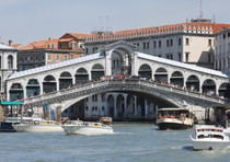 Ponte Rialto, scontro vaporetto-gondola