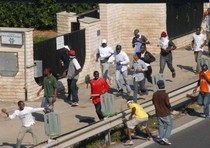 Centinaia di immigrati del Centro Accoglienza per Richiedenti Asilo di Bari hanno occupato e bloccato la Tangenziale e i binari ferroviari nei pressi del Cara