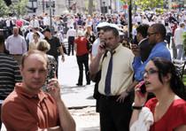 Persone radunate a Manhattan dopo che diversi edifici della citta' sono stati evacuati in seguito alla scossa di terremoto che a colpito la costa est Usa