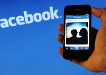 Logo facebook e un iPhone