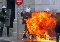 Scontri ad Atene contro le nuove misure di austerity