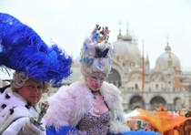 Marie Antonietta e Luigi XVI di Francia sul palco di Piazza San Marco, durante il Carnevale di Venezia, 11 febbraio 2012.