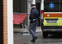 Un agente della polizia e l'ambulanza davanti al palazzo dal quale un uomo si e' gettato dalla  finestra del sesto piano con i due figli piccoli