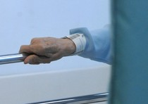 """Si è fratturata una spalla, ma in ospedale le hanno curato l'altra. E' quanto è capitato a una 77enne di Foresto Sparso (Bergamo). La vicenda è riportata oggi da L'Eco di Bergamo. Tutto inizia l'11 giugno scorso, quando l'anziana cade in casa e viene portata al pronto soccorso dell'ospedale Bolognini di Seriate dove, racconta la donna, dopo le lastre di rito le viene comunicato che la spalla destra risultava fratturata. Quindi le viene applicato un tutore. Dieci giorni dopo, effettuati nuovi accertamenti, la scoperta: la spalla rotta è l'altra e così il tutore viene riposizionato sulla sinistra. L'avvocato della donna, Luca Sartori, in una raccomandata inviata all'ospedale parla di """"imperizia"""", di """"negligenza"""" e di """"superficialità"""" e chiede il risarcimento di """"tutti i danni""""."""