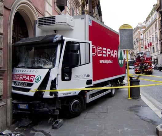 Il  camion che si è schiantato oggi contro uno stabile di via Nazionale