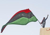 Un dimostrante sventola la bandiera libica