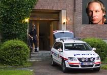 La polizia all'esterno dell'abitazione del presunto killer (nel riquadro)