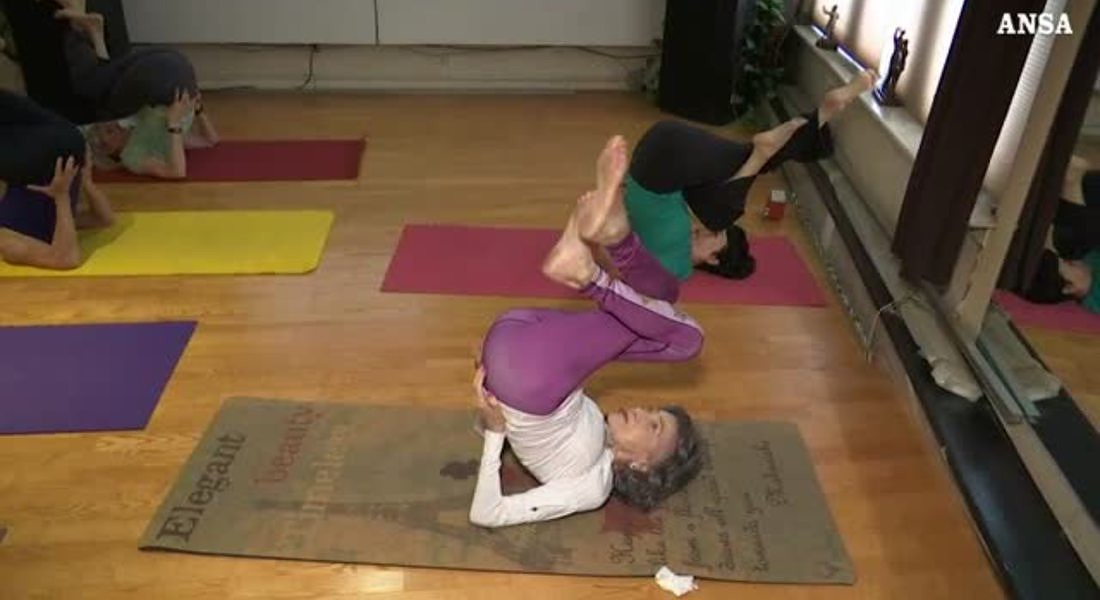 100 anni e lo yoga come segreto per la felicita' © ANSA