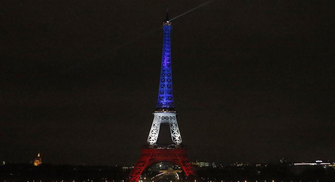 Parigi: Tour Eiffel illuminata di bianco rosso e blu © AP