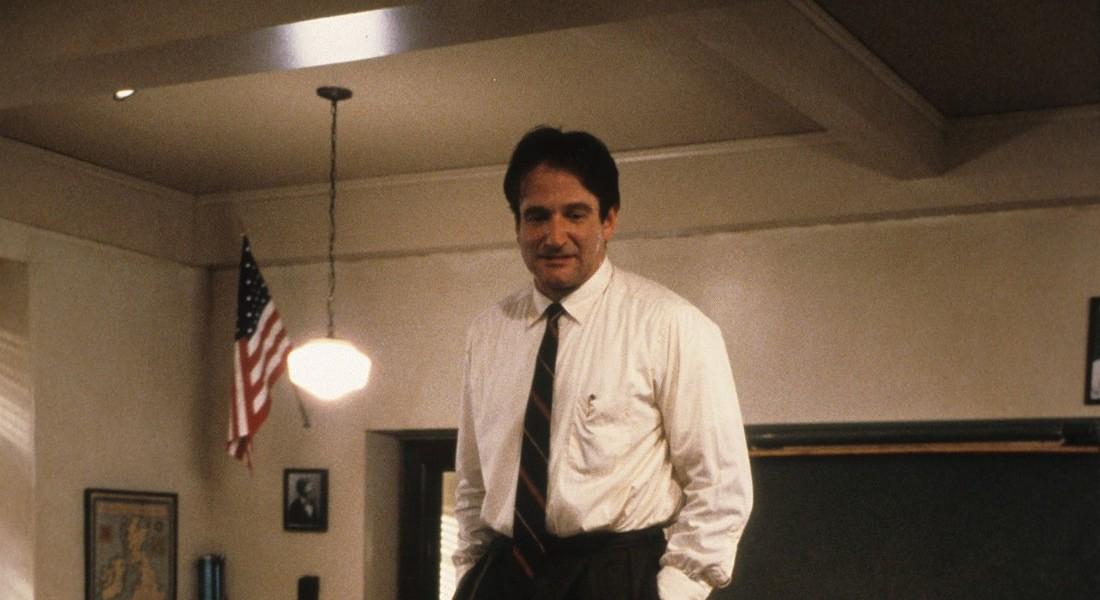 Una scena del film cult L' attimo fuggente di Peter Weir con Robin Williams, professore travolgente © Ansa