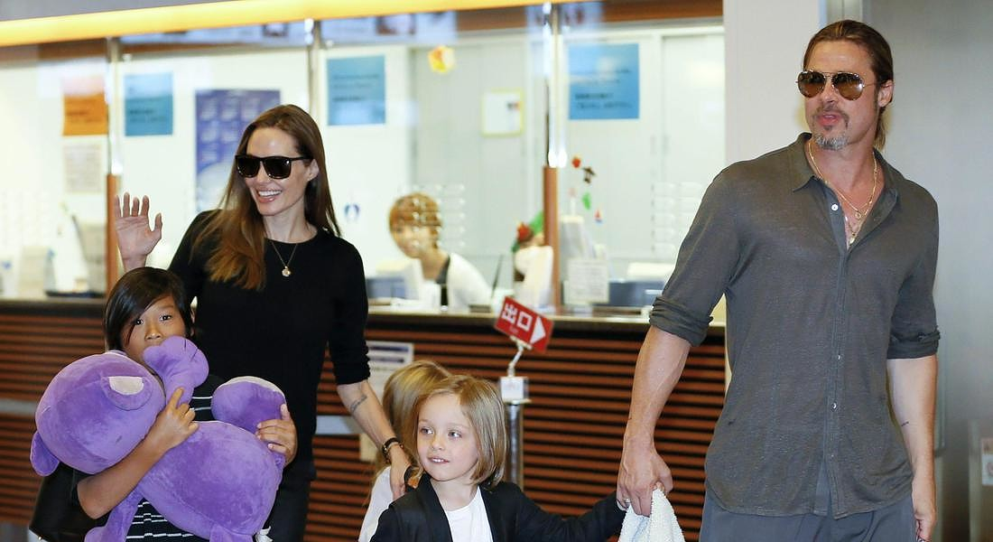 Angelina Jolie e Brad Pitt con i loro figli © ANSA