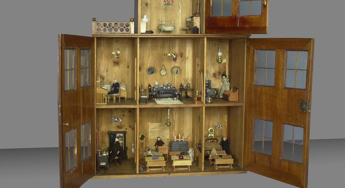 Dondoli trenini e case di bambole il fascino dei for Case in metallo stile ranch