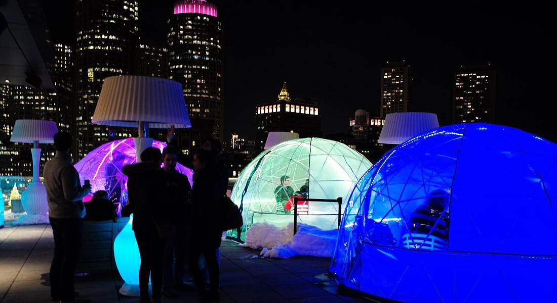 Igloo bar in Boston. Si godono drink all'ultimo piano dell'hotel Envoy a Boston. Vista assicurata sulla città stando al caldo di notte © EPA