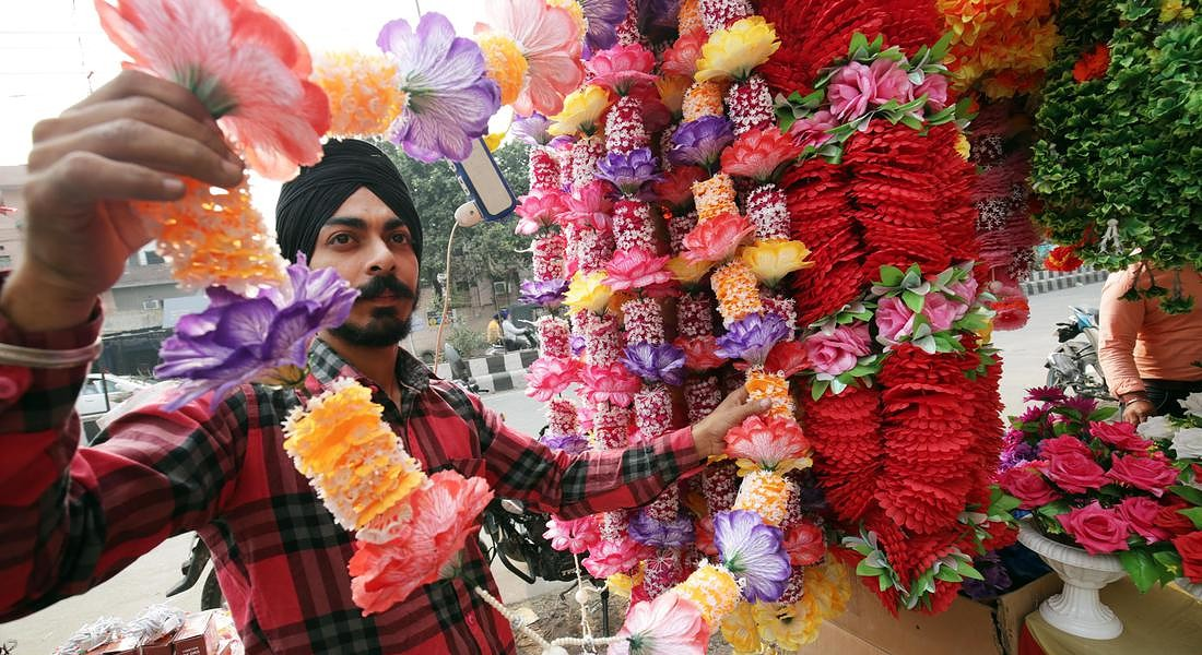 People shop for Diwali festival in Amritsar © EPA