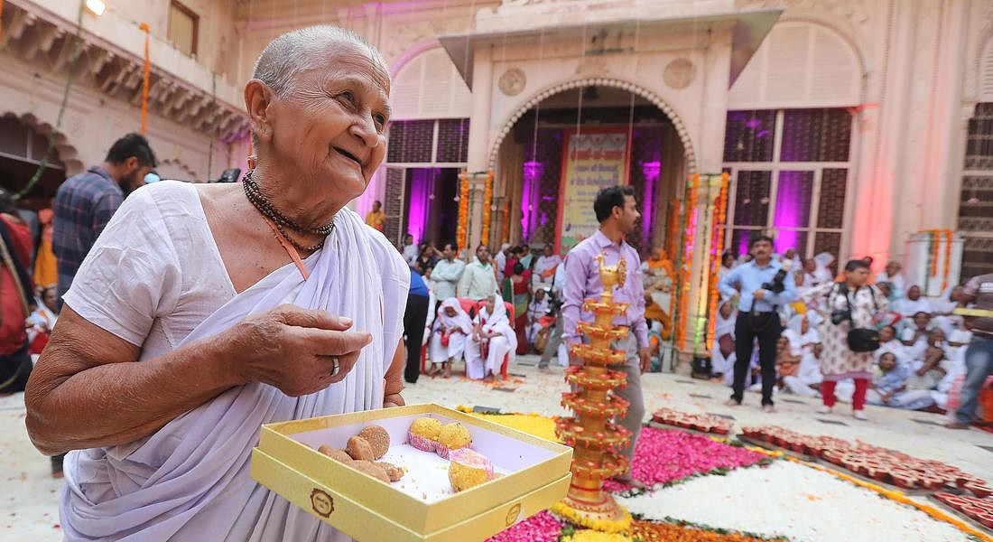 Indian widows celebrate Diwali festival in Vrindavan © EPA