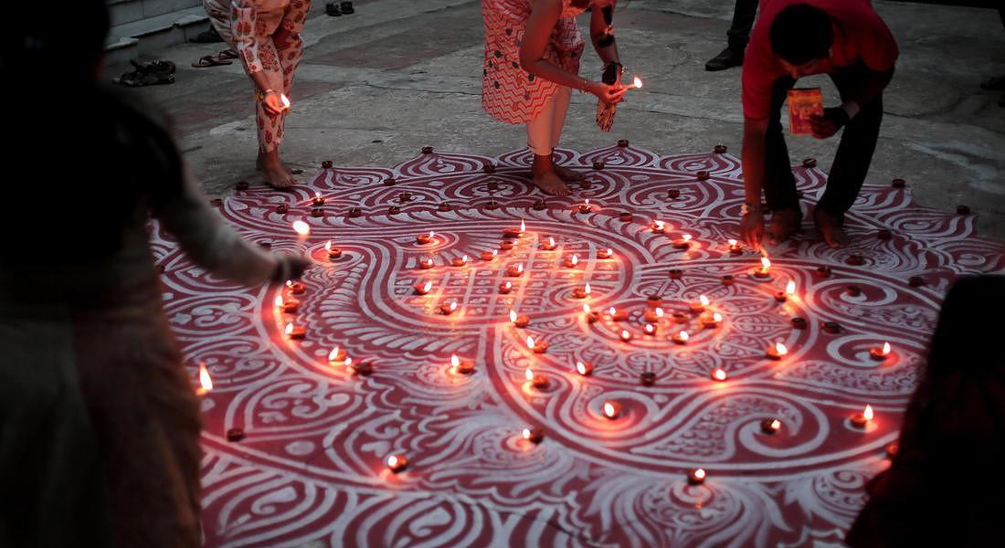 Diwali, o Dipawali, è la festa più importante dell'anno in India. Prende il nome dalle piccole lampade che gli indiani pongono fuori dalle loro case per simboleggiare la luce interiore che protegge dall'oscurità spirituale. © EPA