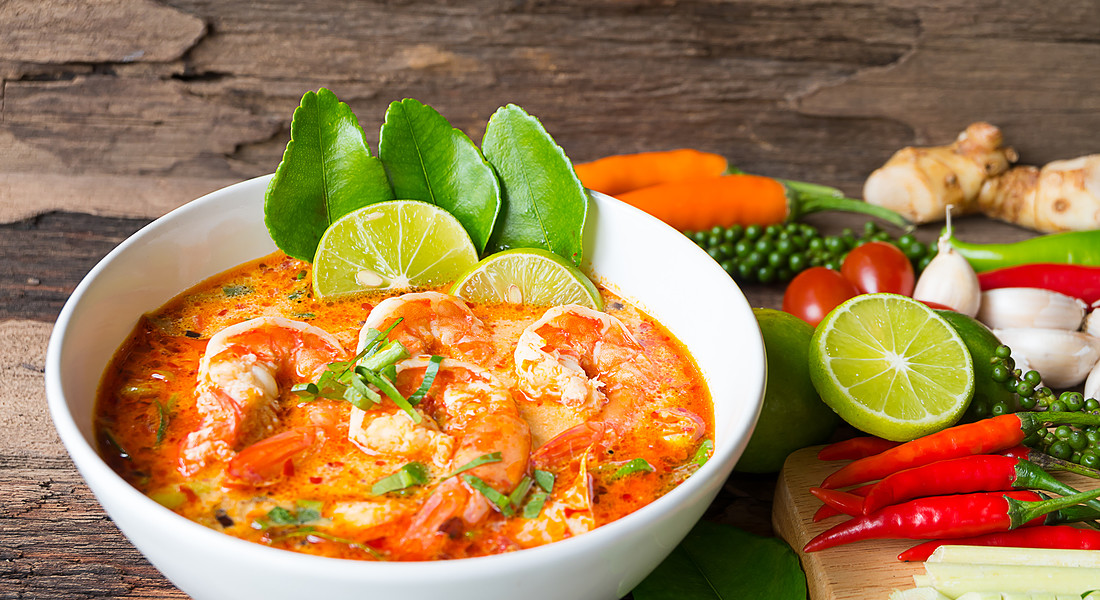 Zuppa agrodolce thailandese  con chili, lime, ginger, lemongrass, foglie di lime foto iStock. © Ansa