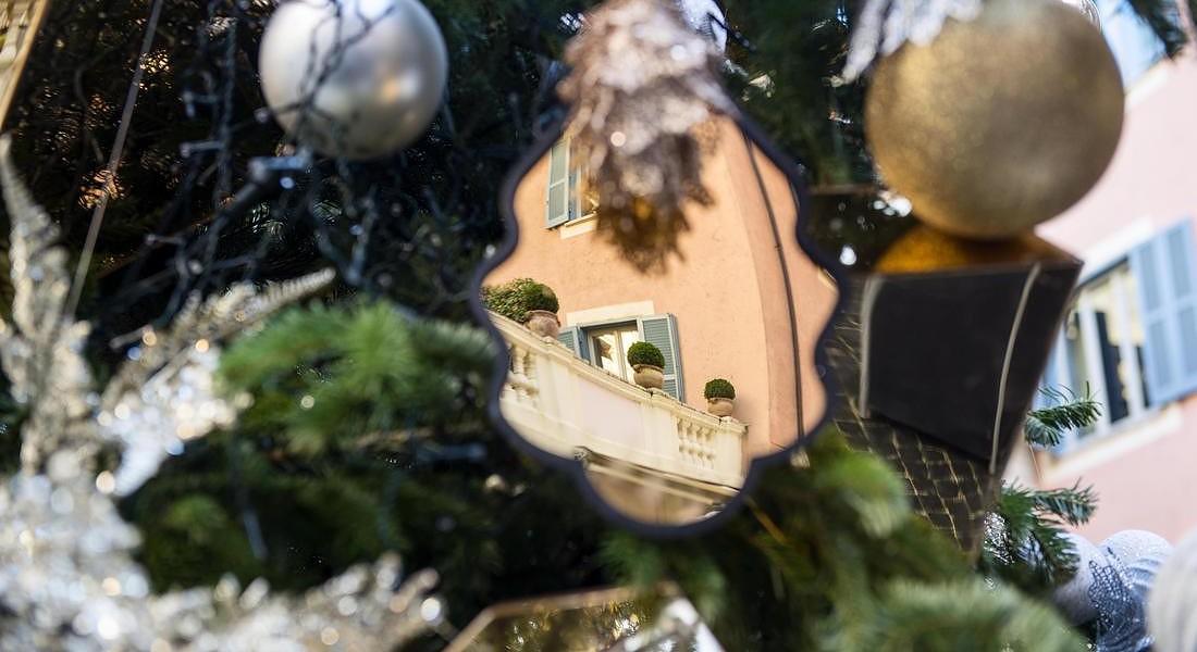 Per l'albero di Natale, decorazioni a specchio. Un'idea dal maestoso albero di 5 metri nella piazzetta Valadier dell'hotel de Russie a Roma realizzato dall'art director Toby Breiss © ANSA