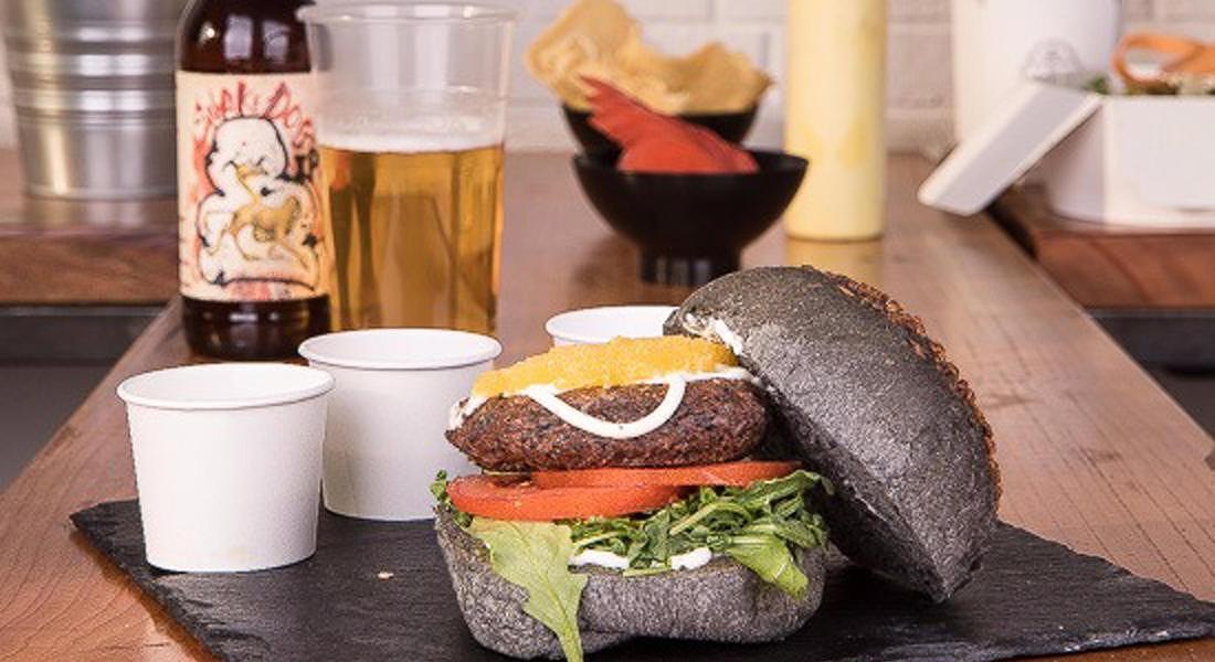 Burger di Riso Venere con Pane Nero al Carbone © ANSA