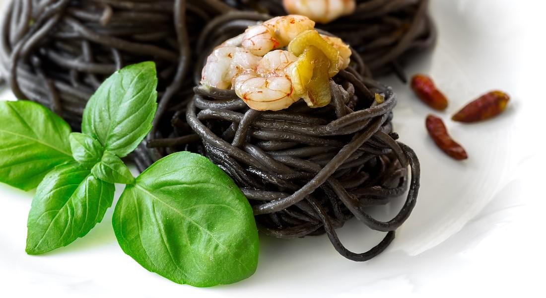 Spaghetti neri ai frutti di mare. foto Shootdiem iStock. © Ansa