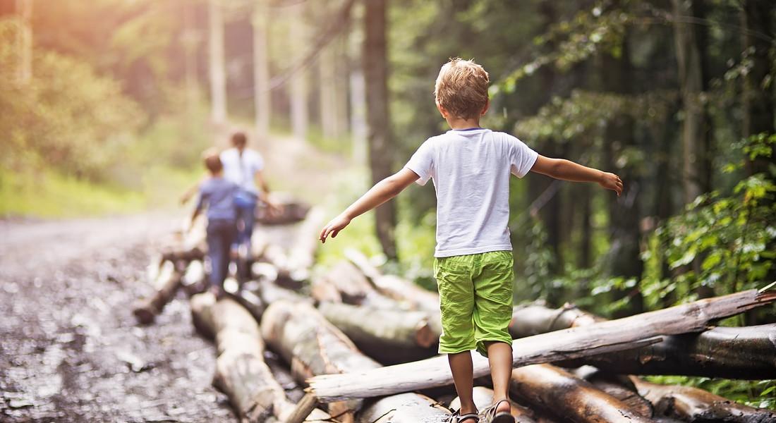 A piedi nudi un bambino cammina sui tronchi, foto iStock. © Ansa