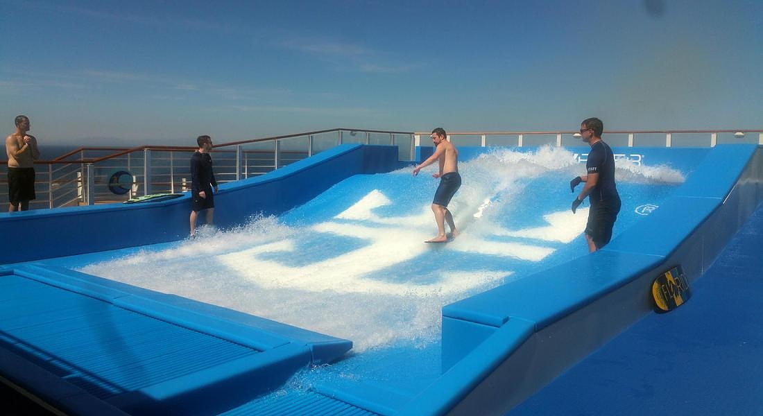 Flowrider, simulatore di surf. Symphony of The Seas (Credit: Alessandra Magliaro © ANSA
