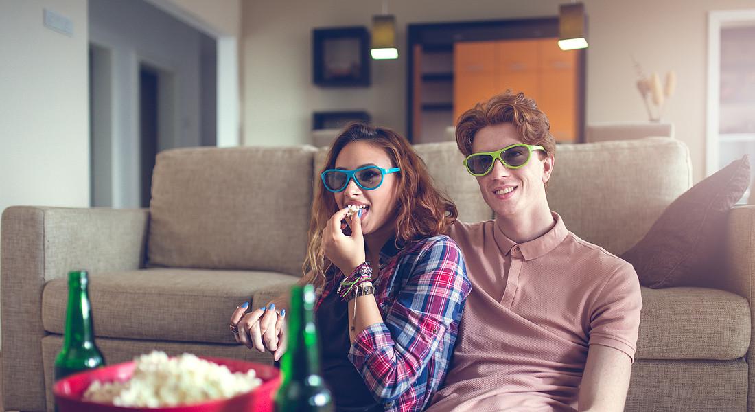 Sul divano a vedere un film foto fizkes iStock. © Ansa