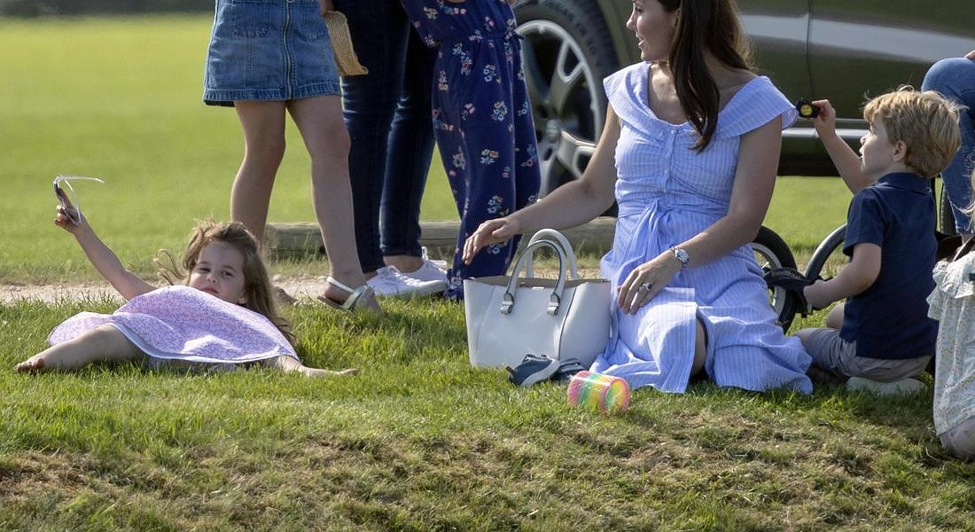 La duchessa di Cambridge Kate Middleton con i figli George e Charlotte. Parla con Autumn Phillips e le figlie Savannah e Isla, mentre guardano il Principe William giocare a Polo a Tetbury © AP
