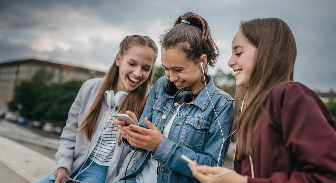 Tre ragazze: la comunicazione passa per gli smartphone. foto iStock. © Ansa